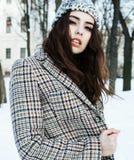 Menina consideravelmente adolescente do moderno dos jovens exterior no parque ha da neve do inverno imagens de stock royalty free