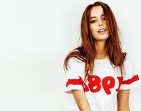Menina consideravelmente adolescente do moderno dos jovens que levanta o sorriso feliz emocional no fundo branco, conceito dos po Imagem de Stock