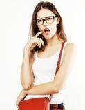 Menina consideravelmente adolescente do moderno dos jovens que levanta o sorriso feliz emocional no fundo branco, conceito dos po Foto de Stock