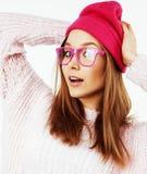 Menina consideravelmente adolescente do moderno dos jovens que levanta o sorriso feliz emocional no fundo branco, conceito dos po Fotos de Stock