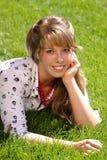 Menina consideravelmente adolescente na grama Fotos de Stock Royalty Free