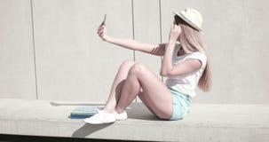 Menina consideravelmente adolescente no equipamento na moda da forma video estoque