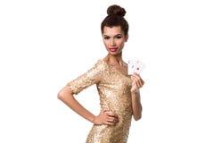 A menina consideravelmente africana mostra dois áss no pôquer e na vitória do casino Imagens de Stock