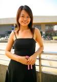 Menina consideravelmente asiática que está ao ar livre com sorriso imagem de stock royalty free