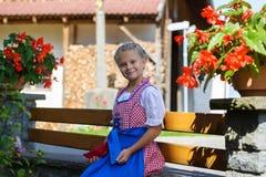 Menina consideravelmente bávara com as flores na exploração agrícola em Alemanha Fotos de Stock Royalty Free