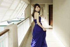 Menina consideravelmente chinesa com o vestido cheio azul Imagens de Stock Royalty Free