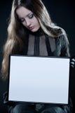 Menina consideravelmente gótico com frame em branco imagem de stock