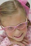 Menina consideravelmente loura com vidros de sol cor-de-rosa Fotografia de Stock