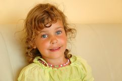 Menina consideravelmente pequena do retrato foto de stock