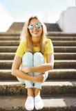 Menina consideravelmente 'sexy' do retrato da forma do verão no levantamento dos óculos de sol Imagens de Stock