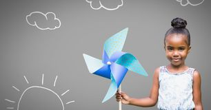Menina contra o fundo cinzento com brinquedo do moinho de vento e sol e nuvens Imagem de Stock