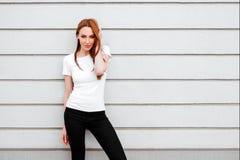 Menina contra a parede da rua, estilo minimalista fotos de stock royalty free