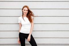 Menina contra a parede da rua, estilo minimalista fotos de stock