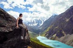 Menina corajoso que conquista picos de montanha das montanhas de Altai A natureza majestosa dos picos e dos lagos de montanha Cam Imagem de Stock