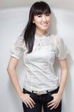 Menina coreana bonito, Sassy na blusa branca Foto de Stock