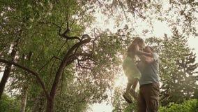 A menina corre ao paizinho e toma-a em seus braços A filha e o pai passam o tempo junto na natureza Uma criança no filme