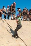 A menina corre na parede inclinado na raça do extrim Tyumen Rússia Fotografia de Stock Royalty Free