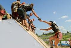 A menina corre na parede inclinado na raça do extrim Tyumen Rússia Fotografia de Stock