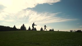 A menina corre nos braços do pai militar filme