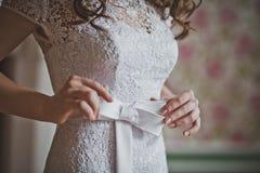 A menina corrige uma curva em um vestido 2648 Imagens de Stock