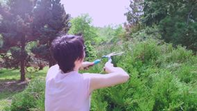 A menina corta as plantas com tesouras vídeos de arquivo