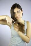 A menina corta todo seu cabelo longo infeliz dele Fotos de Stock Royalty Free
