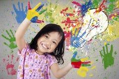 Menina criativa com mãos pintadas Fotografia de Stock Royalty Free