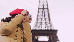 Menina criativa que trava em momentos positivos da câmera em Paris, apreciando o passatempo vídeos de arquivo