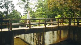 A menina cruza o rio na selva filme