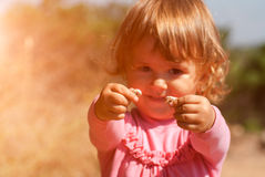 Menina curiosa que guarda caracóis Fotografia de Stock