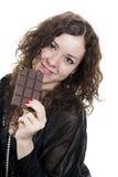Menina Curly no chocolate preto comer imagens de stock royalty free