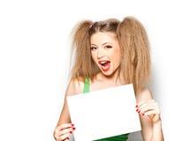 Menina Curly que grita ao prender um Livro Branco foto de stock