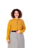 Menina curvy atrativa com camisa amarela e os bordos vermelhos Imagens de Stock