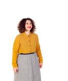 Menina curvy atrativa com camisa amarela e os bordos vermelhos Foto de Stock