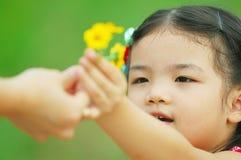A menina dá a flor à matriz Fotografia de Stock Royalty Free