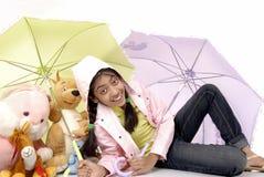 A menina dá a proteção ao brinquedo imagens de stock