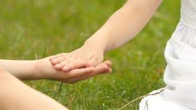 A menina dá sua mão ao menino Movimento lento Fim acima filme