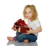 A menina dá um presente Fotos de Stock