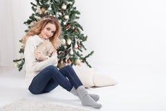 Menina da árvore de Natal do ano novo Imagens de Stock
