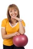 Menina da aptidão com uma esfera vermelha Fotografia de Stock Royalty Free