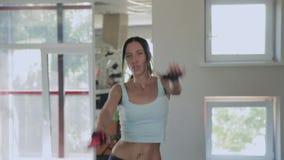 Menina da aptidão que aquece a dança no gym filme