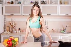 Menina da aptidão que cozinha o alimento saudável Foto de Stock