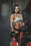 Menina da aptidão que descansa no gym fotografia de stock