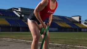 Menina da aptidão que exercita com faixa da resistência filme