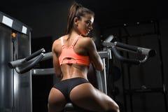 Menina da aptidão que levanta no gym fotos de stock royalty free