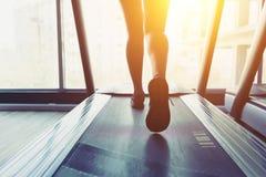 Menina da aptidão que corre na escada rolante Fotografia de Stock