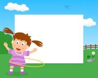 Menina da aro de Hula no quadro horizontal do parque imagem de stock
