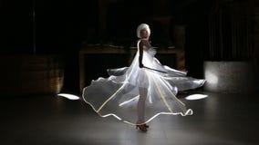 Menina da atriz nas asas brancas do diodo emissor de luz video estoque