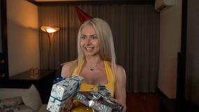 A menina da beleza abre a caixa de presente do aniversário com milagre Mulher surpreendida que obtém o presente mágico vídeos de arquivo