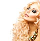 Menina da beleza com cabelo encaracolado longo saudável Foto de Stock Royalty Free